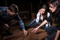 Escpape Room (Foto: Adobe Stock/kolotype -  Young people trying to solve a conundrum to get out of the trap)